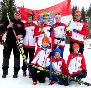 Langlaufteam der Vogelsbergschule Schotten mit Lehrertrainer Axel Preiß (links)
